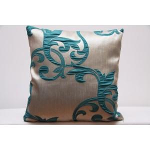Luxusní krémový povlak na polštář s ornamenty tyrkysové barvy k přehozu