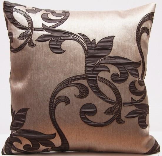 Luxusní dekorační povlak na polštář s tmavě hnědými ornamenty