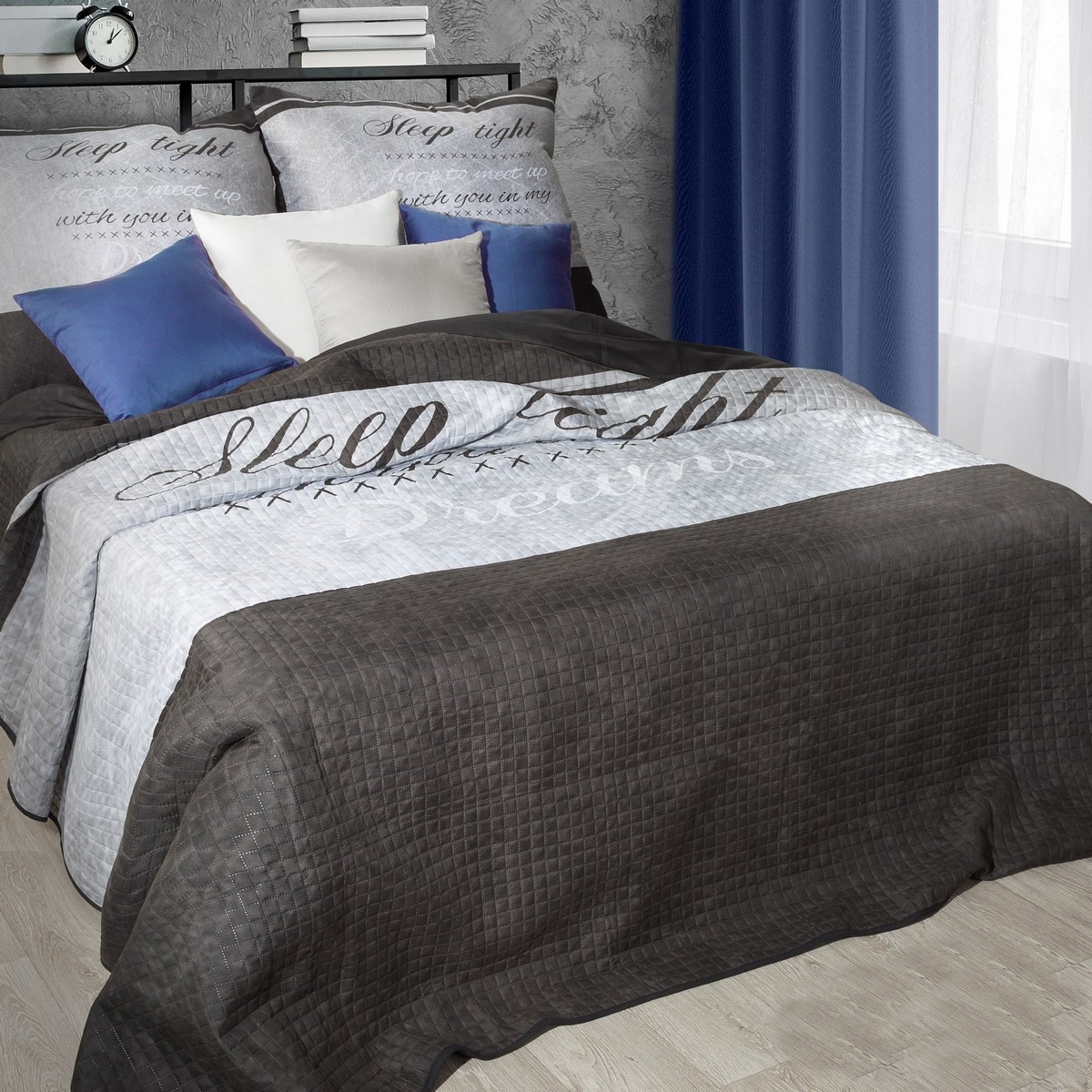 Prošívaný dvoubarevný přehoz na postel s nápisem
