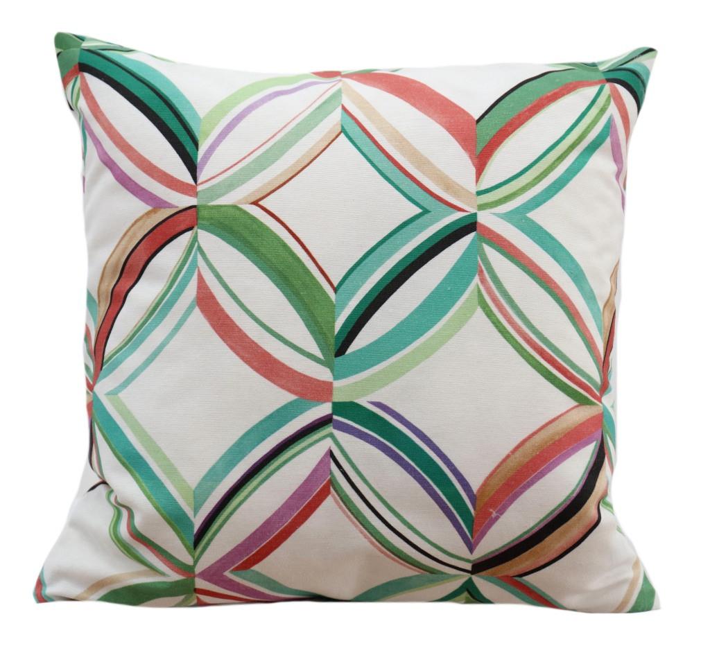 Krásný bílý povlak na polštář s barevnými znaky