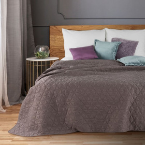 Fialový moderní přehoz na postel s geometrickým motivem