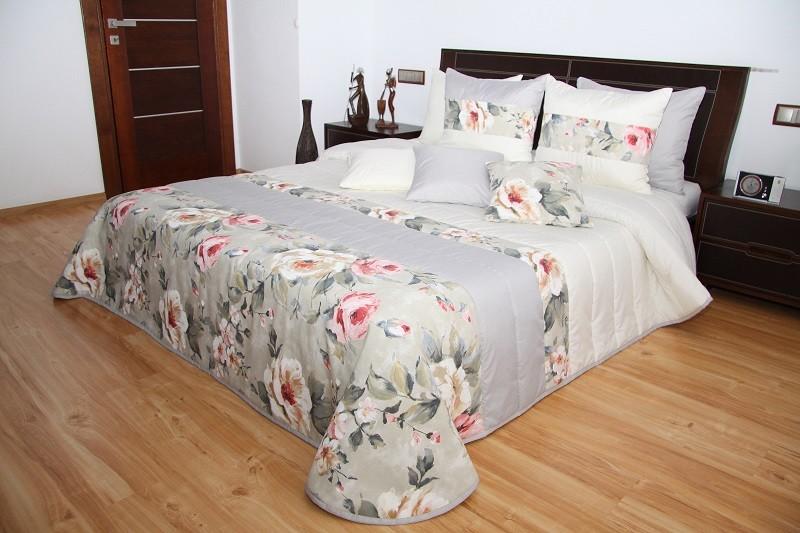 Smetanový přehoz na postel s motivem bílých a růžových růží