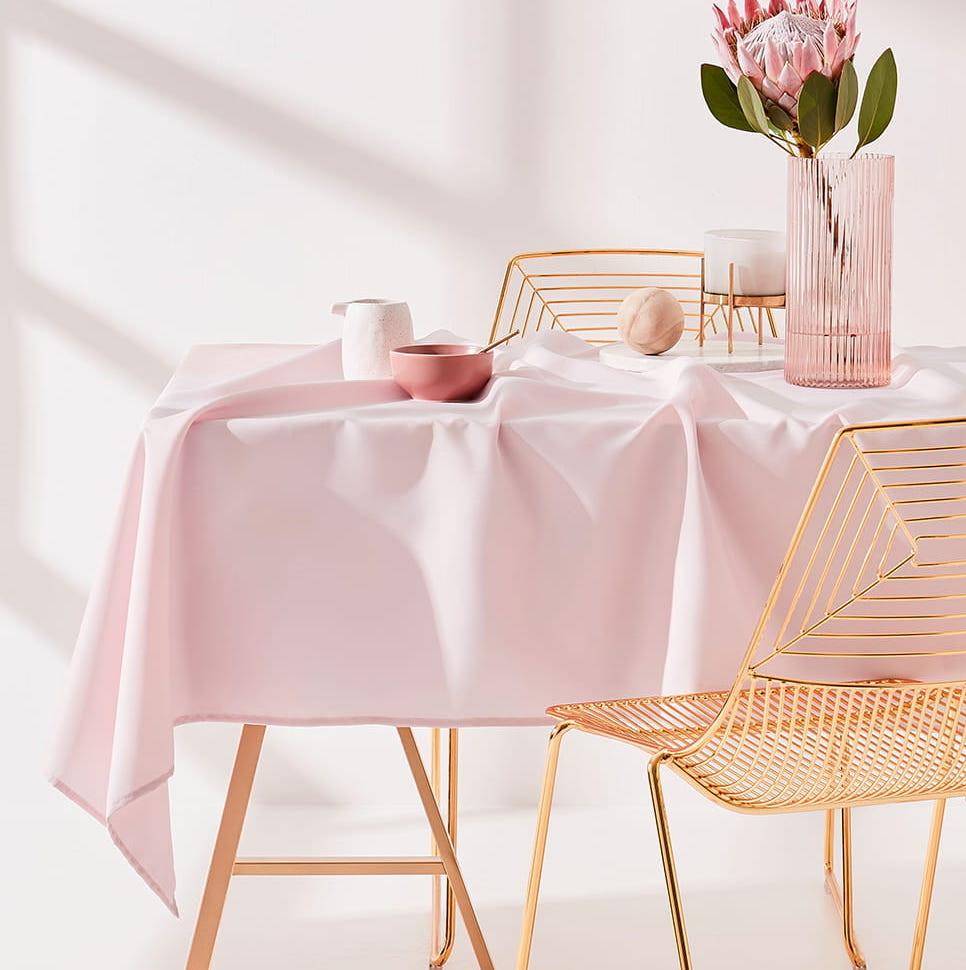 Dekorační ubrus na stůl v růžove barvě 140 x 260 cm
