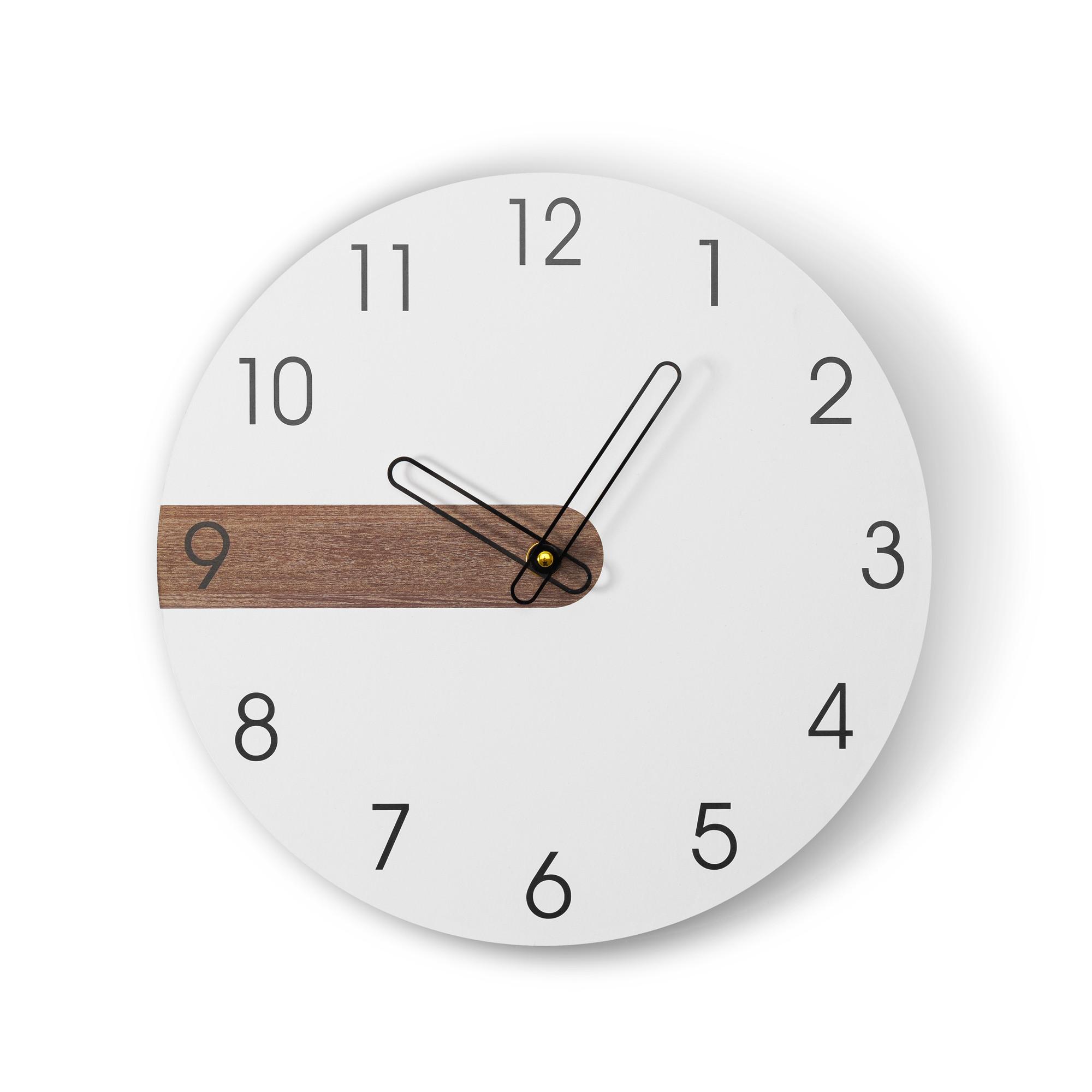 Bílé designové nástěnné hodiny do obýváku