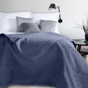 Praktický oboustranný přehoz na postel modré barvy