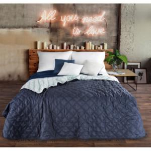 Modrý oboustranný přehoz na postel s ozdobným prošíváním