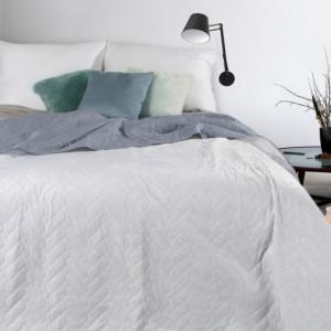 Bílý oboustranný přehoz na postel s jemnou strukturou