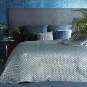 Prošívaný velurový přehoz na postel světle modré barvy