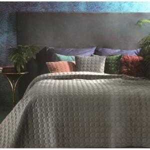 Prošívaný sametový přehoz na postel šedé barvy