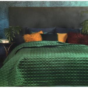 Jednobarevný přehoz zelené barvy s elegantním prošíváním