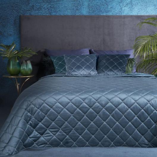 Prošívaný sametový přehoz na postel modré barvy