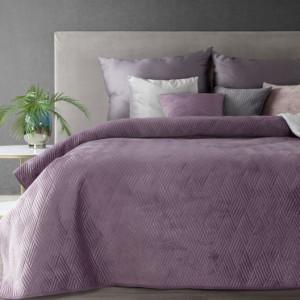 Fialový přehoz na postel s vyraženým vzorem