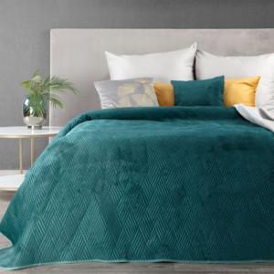 Smaragdový přehoz na postel s vyraženým motivem