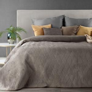 Světlehnědý přehoz na postel s vyraženým motivem