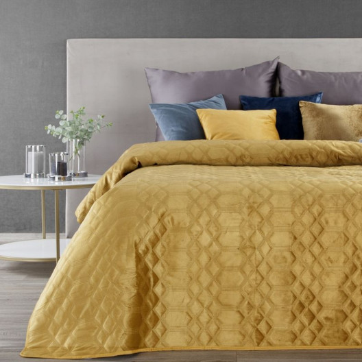 Jednobarevný sametový přehoz na postel žluté barvy