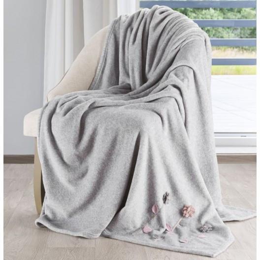 Krásné pohodlné deky v šedé barvě
