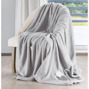Krásné pohodlné deky v šedé barvě s bílým květem na boku