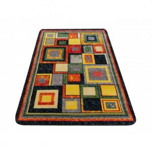 Barevný koberec s kostkami vhodný do dětského pokoje