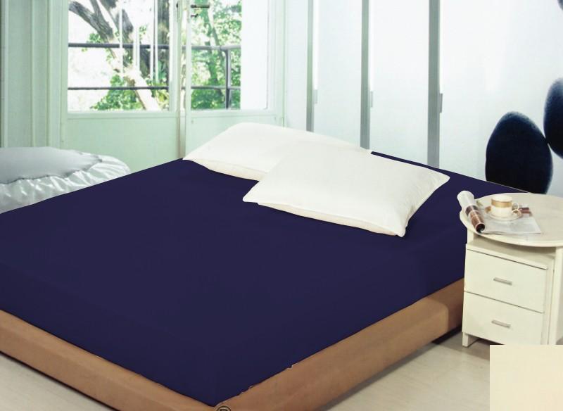 Tmavomodré prostěradla na postele