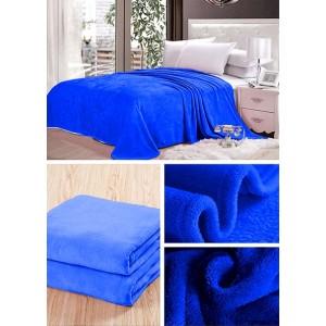 Sytě modrá deka do ložnice