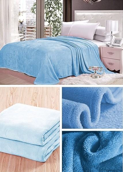 Světle modrá deka na postel