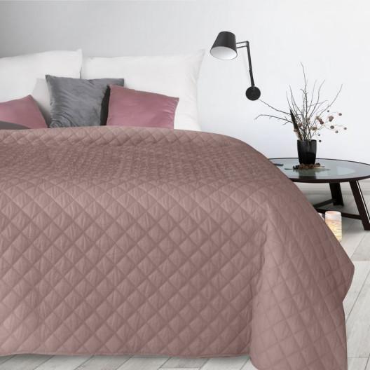 Růžový přehoz na postel s módním prošíváním