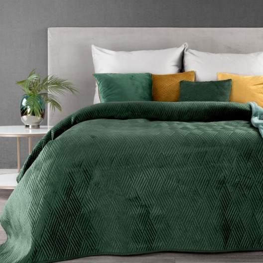 Krásný smaragdově zelený přehoz na postel