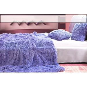 Chlupatá deka jako dekorativní fialová přikrývka