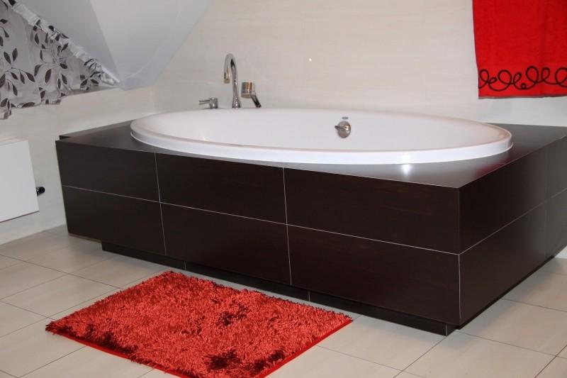 Moderní koupelnová předložka červené barvy