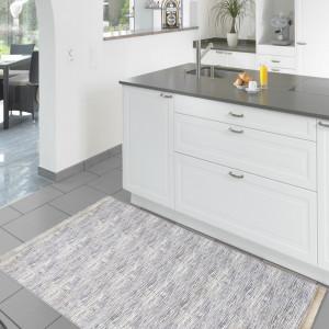 Světle šedý koberec do kuchyně