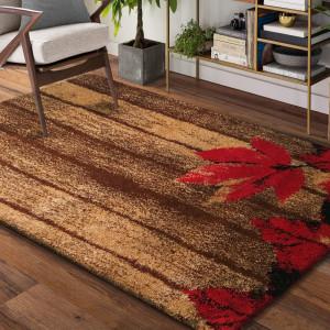 Hnědý koberec s výrazným červeným květem