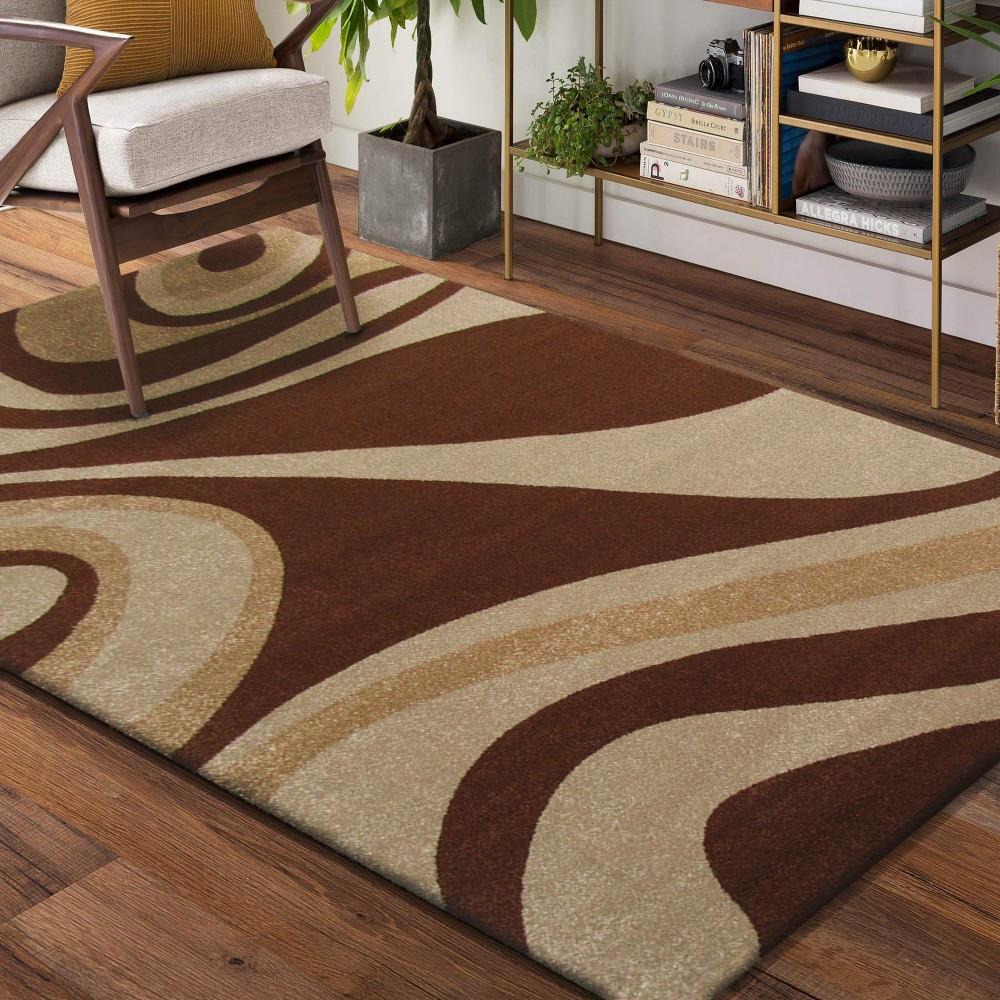 Hnědý vzorovaný koberec