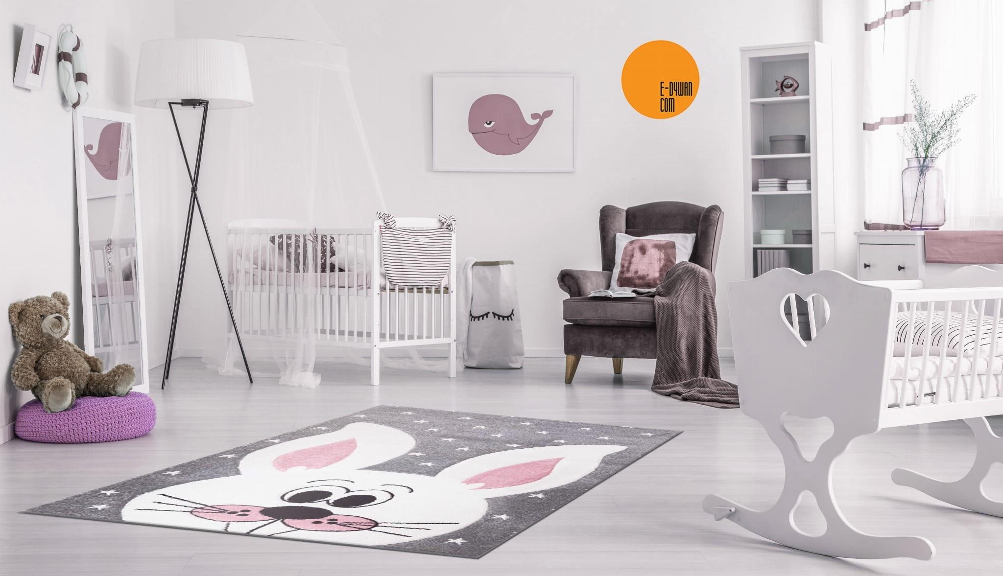 Dětský šedý koberec na hraní usměvavý zajíček