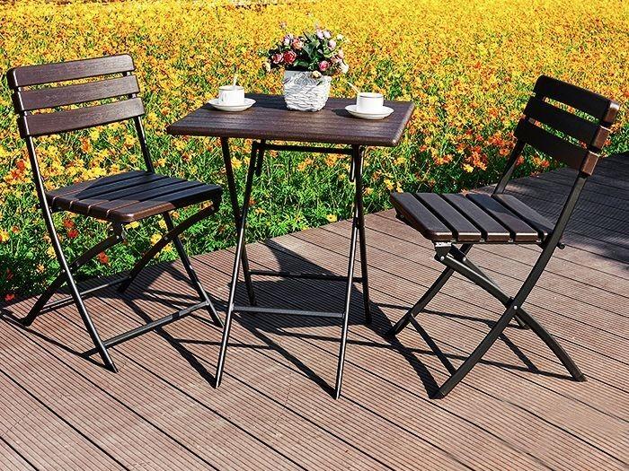 Kávový stolek v hnědé barvě vhodný na terasu
