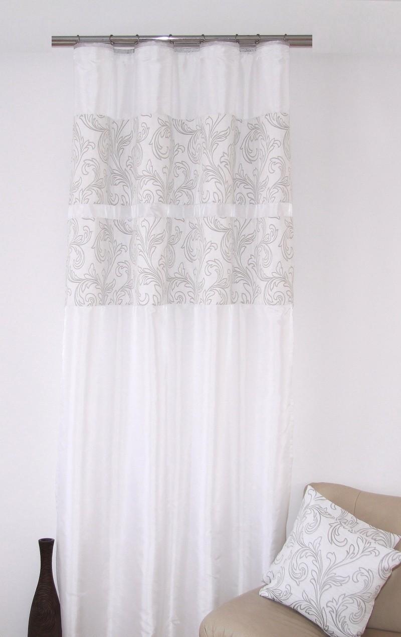 Stylový závěs k přehozem bílé barvy s jemným šedým motivem