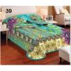 Paví pírka přehozy přes postel v tyrkysové barvě
