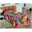 Barevné přehozy přes postel s barevnými trojúhelníky