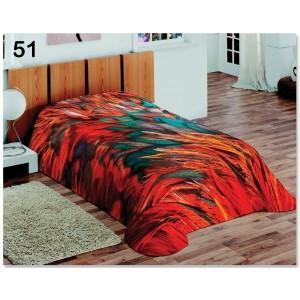 Denní přikrývka na postel v červené barvě s barevnými pírky