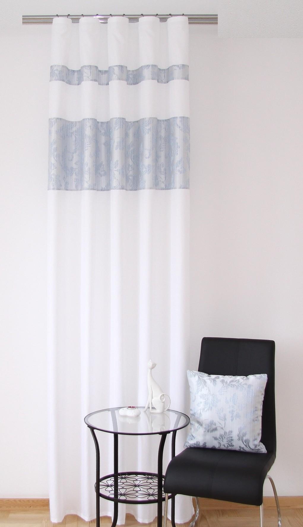Moderní hotové závěsy bílé barvy s modrým ornamentem