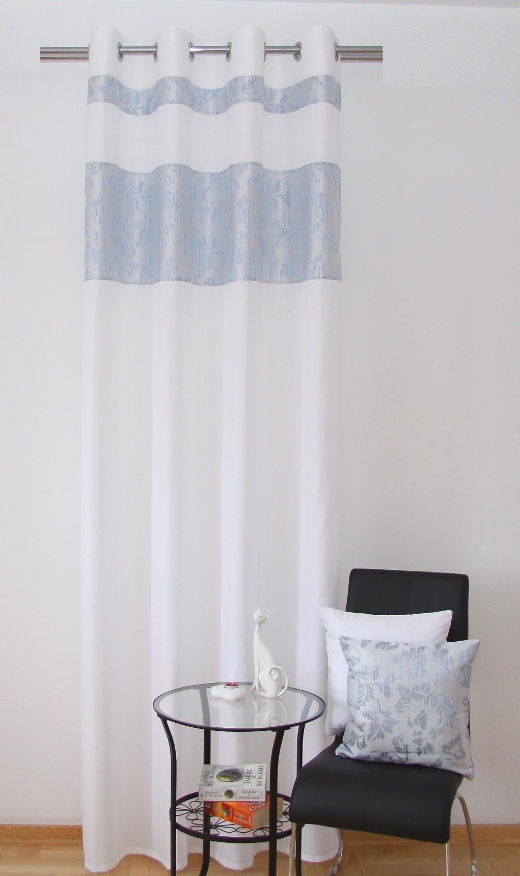 Hotové závěsy do oken bílé barvy s ornamentem