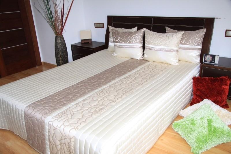 Luxusní přehozy na postel v barvě cappuccino s ornamentem