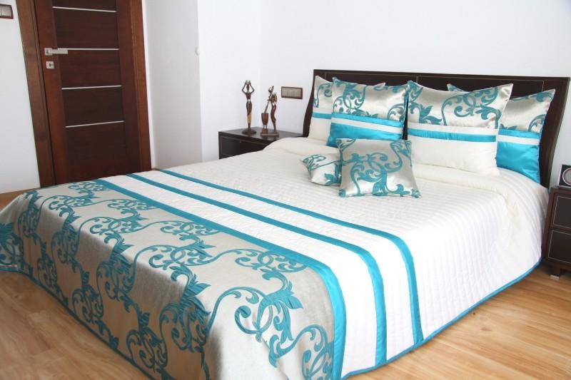 Luxusní přehozy na postel v bílé barvě s ornamenty a proužky
