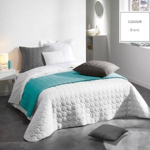 Bílé francouzské přikrývky na postel