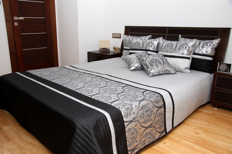 Luxusní přehozy na postel v šedé barvě s proužky a ornamenty