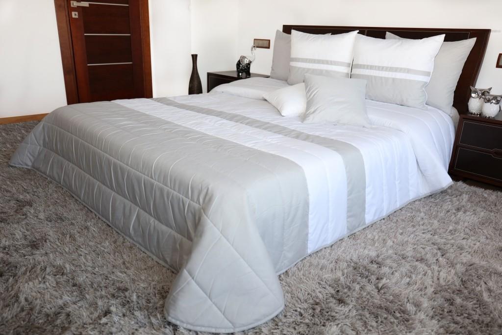 Bílo šedé přehozy na manželskou postel