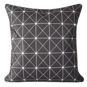 Černé povlaky na polštáře s motivem geometrických útvarů