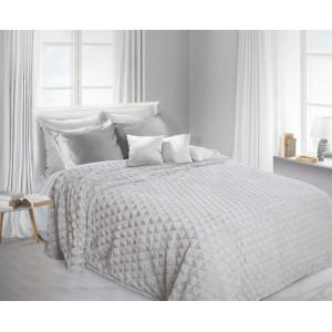 Chlupatá deka jako dekorativní šedá přikrývka