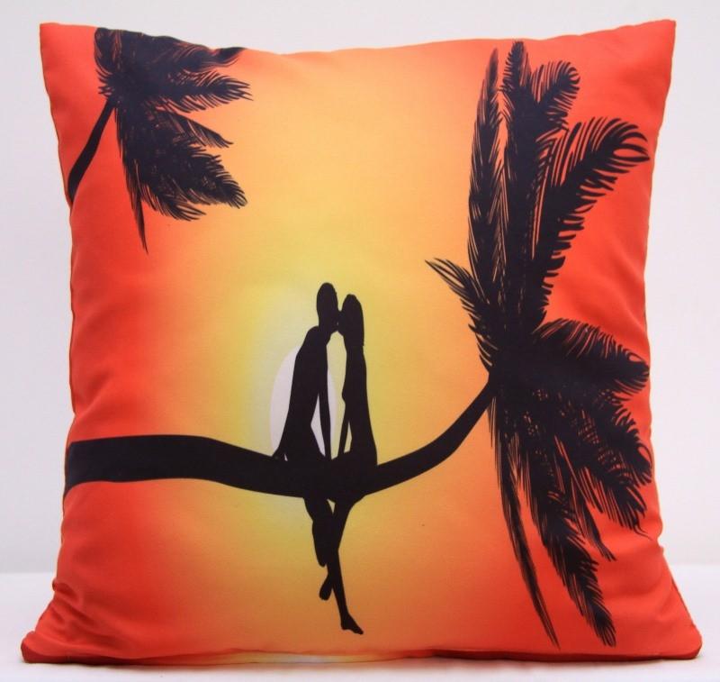 Oranžový povlak na polštáře s romantickým motivem dvou lidí na palmě