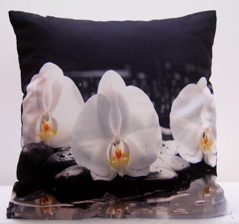 Bílý povlak na polštáře s bílými orchidejemi