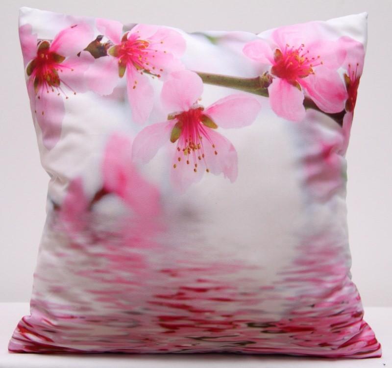 Bílo růžový povlak na polštář s rozkvetlými růžovými květy